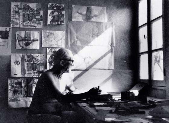 le corbusier at work in his workshop fondation le corbusier adagp u photo by willy boesiger
